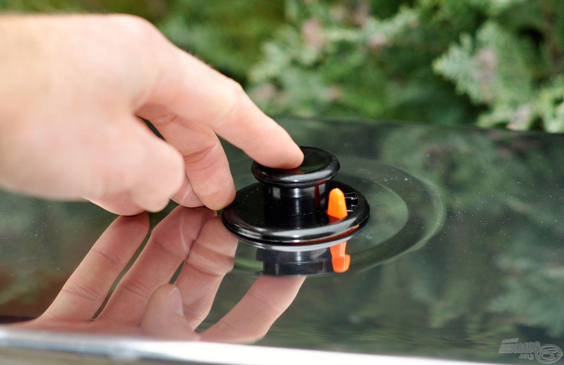 A hőálló műanyag fogantyú lehetővé teszi, hogy sütőkesztyű nélkül is levehessük füstölés közben a forró edényről a fedelet