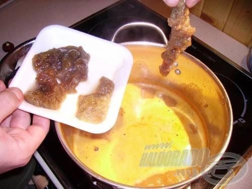 Az előre lesózott ikrát és tejet a már átpasszírozott, forrásban lévő leveshez adjuk
