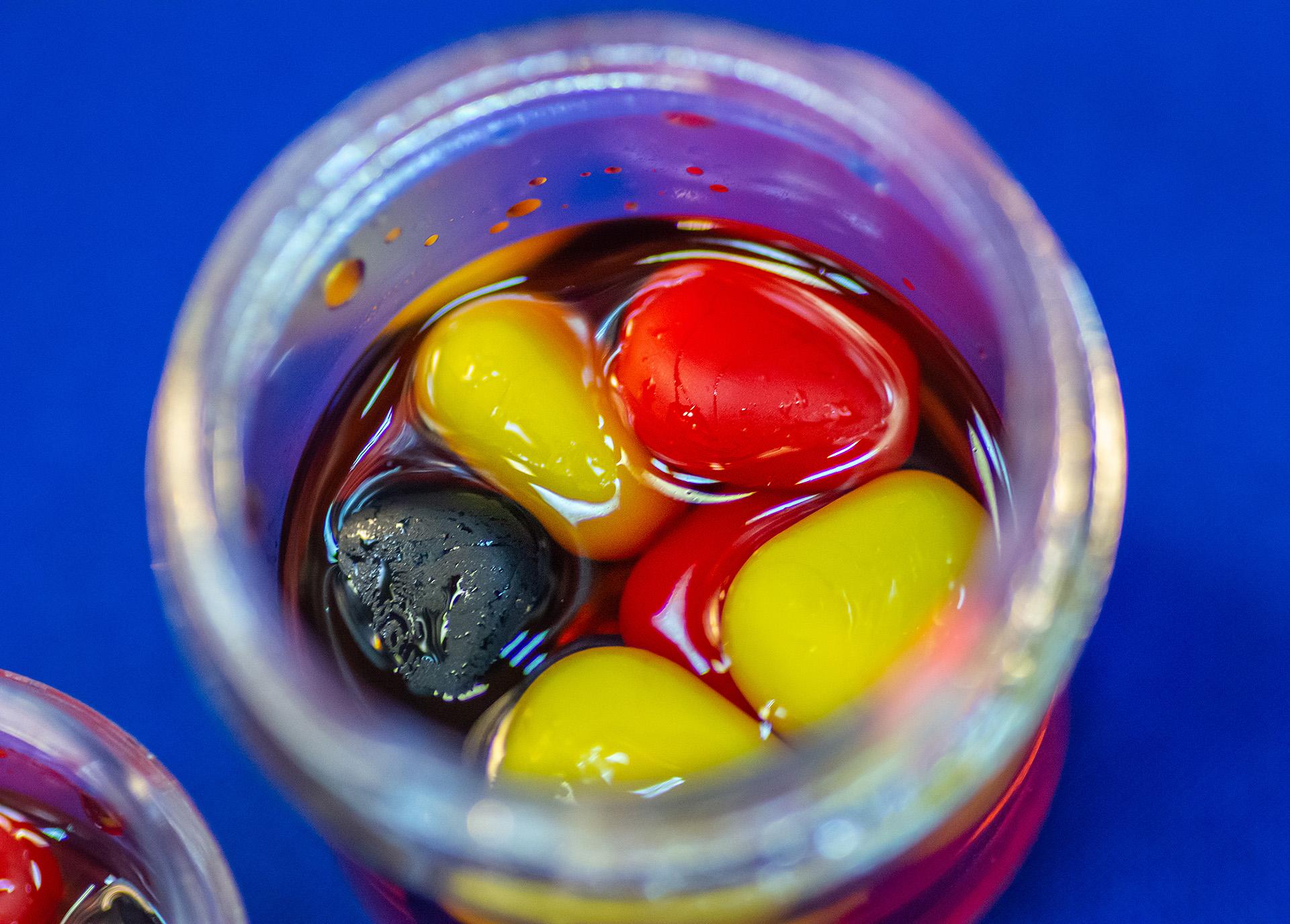 Ezekben 3 különböző színű: piros, sárga és fekete csalik vannak egy tégelyen belül