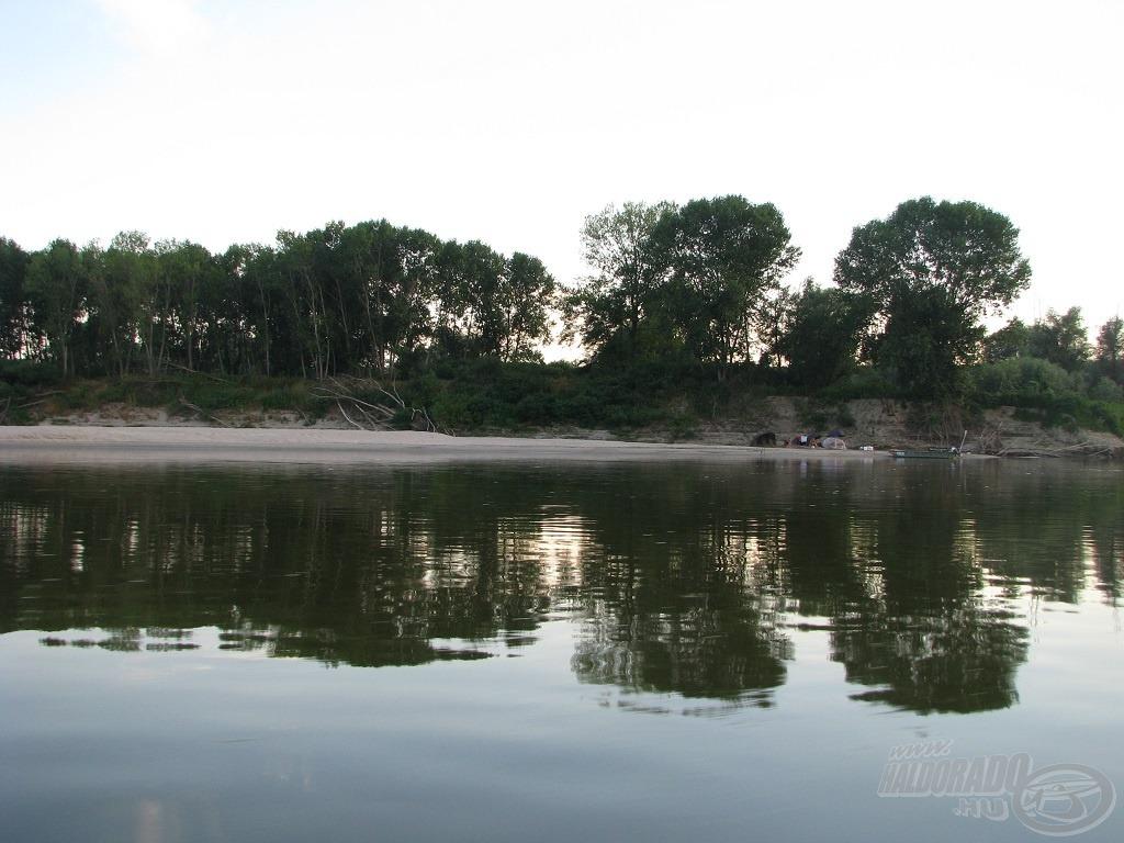 Ebben a kanyarban 2012-ben német bojlisok táboroztak a fák árnyékában