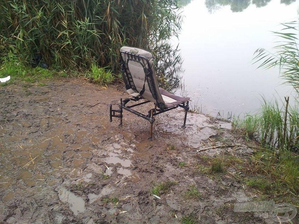 A horgászhelyem. A fotel alatt egy sárpatak csordogált