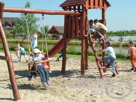 Ha rossz idő van, akkor sincs gond! A gyermekek a játszótéren remekül feltalálják magukat, mert itt az is van!