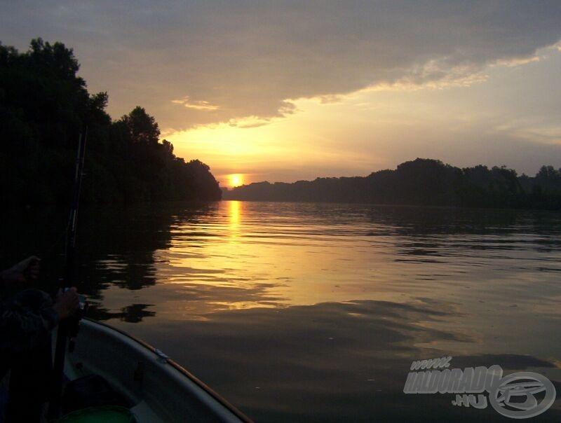 Kényelmesebb megvárni a naplementét - de hajnalban többet látunk