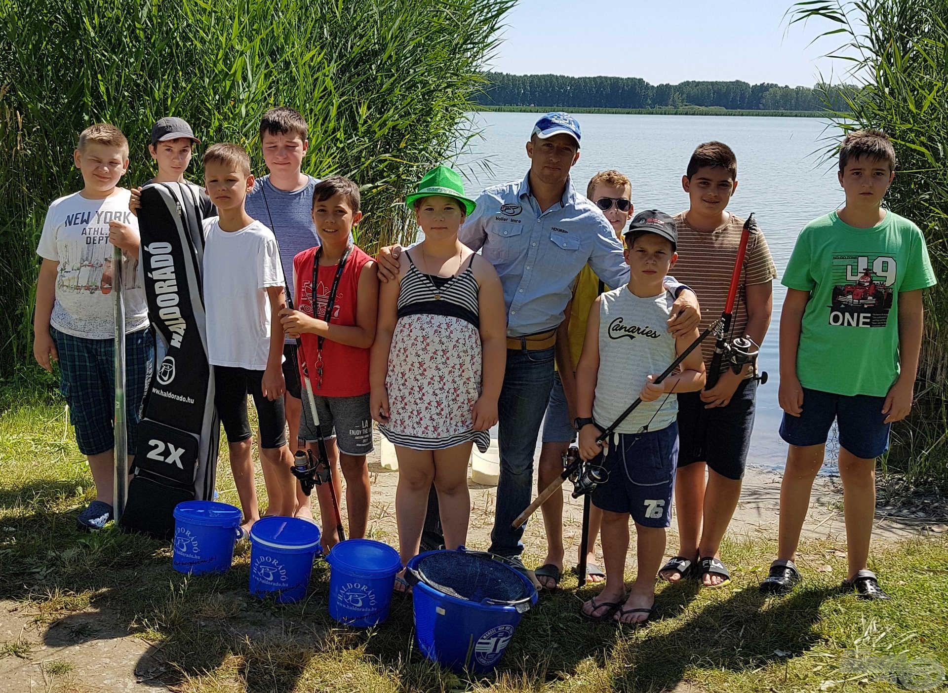 … ahogy az ifjú horgászok is, akik készen állnak a holnapi versenyre!