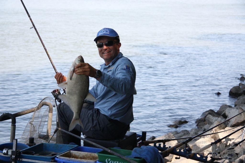 Döme Gábor a gyenge helynek számító C szektor tetején sorban fogja az ekkora halakat