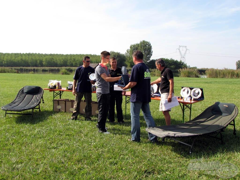A legnagyobb hal díjat a Mátészalkai Halcapone horgászcentrum felajánlásából Szalay Árpád adta át a csapat két tagjának, egy-egy kiváló minőségű bojlis ágyat
