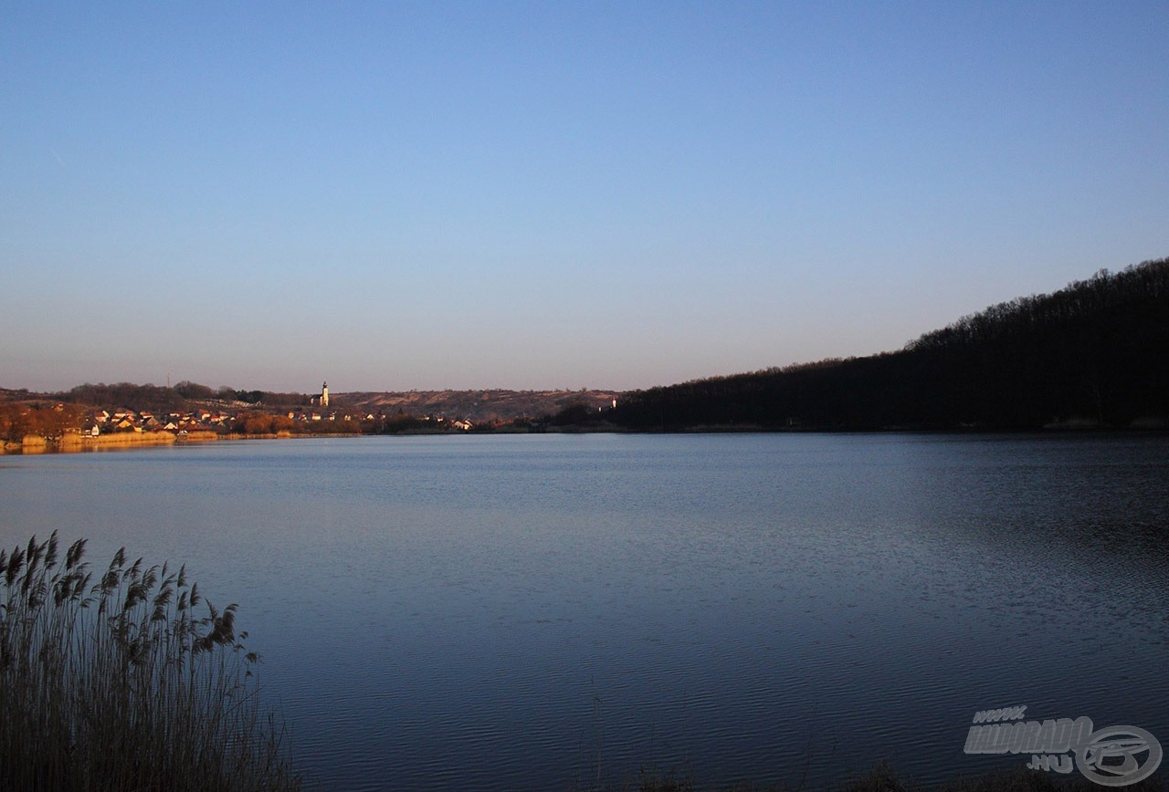 Szép lassan sötétségbe borult a tó