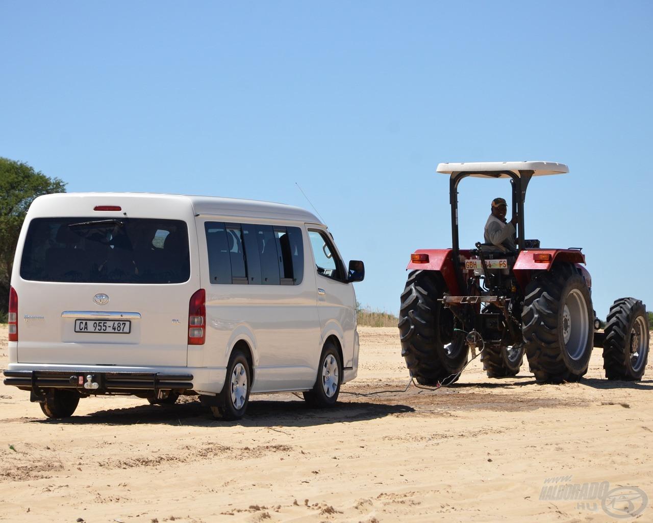 A szervezők felismerték, hogy itt komoly gond a közlekedés, ezért hadrendbe állt egy traktor is