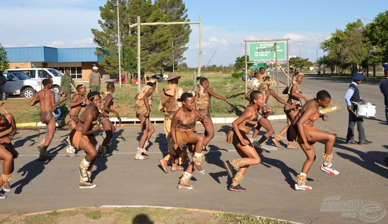 A rendezvény látványos afrikai tánccal és felvonulással indult a főutcán
