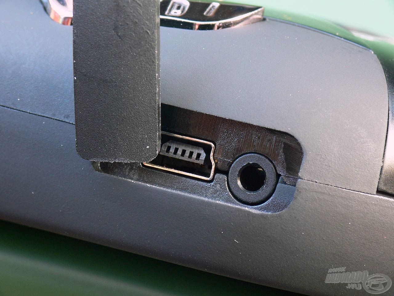 A gumis fedlap rejti a töltő csatlakozót