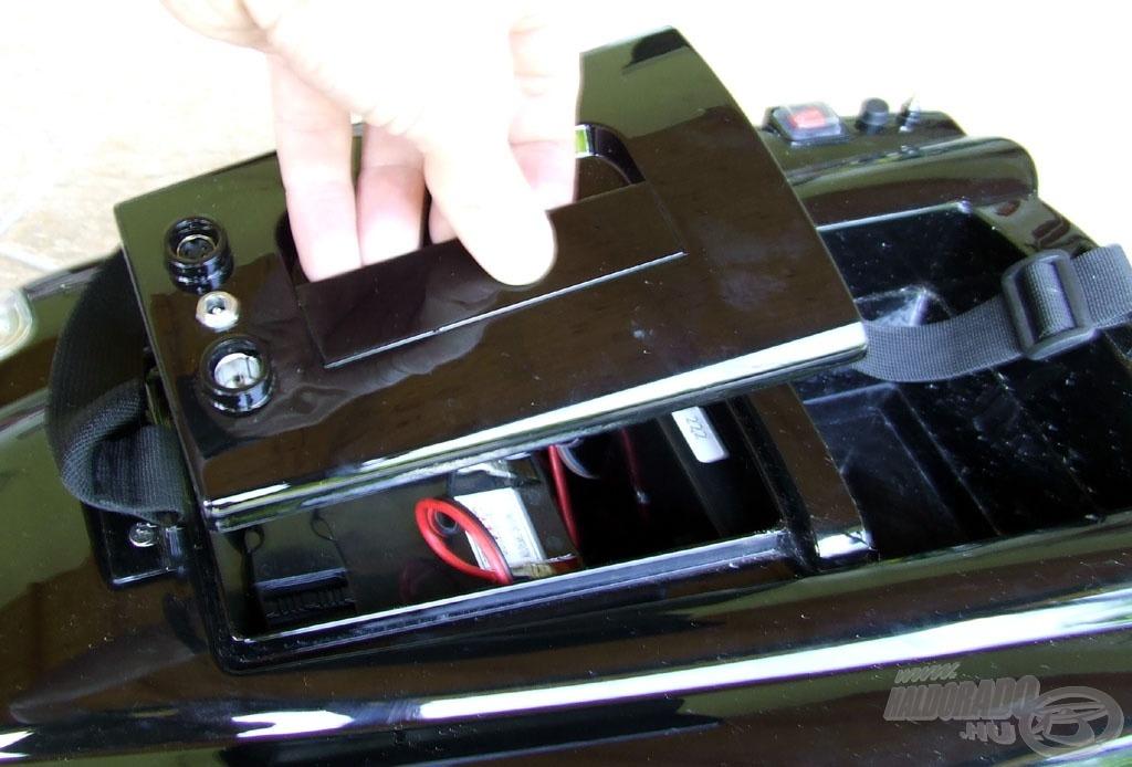Első dolgunk az akkumulátor-fedél lecserélése