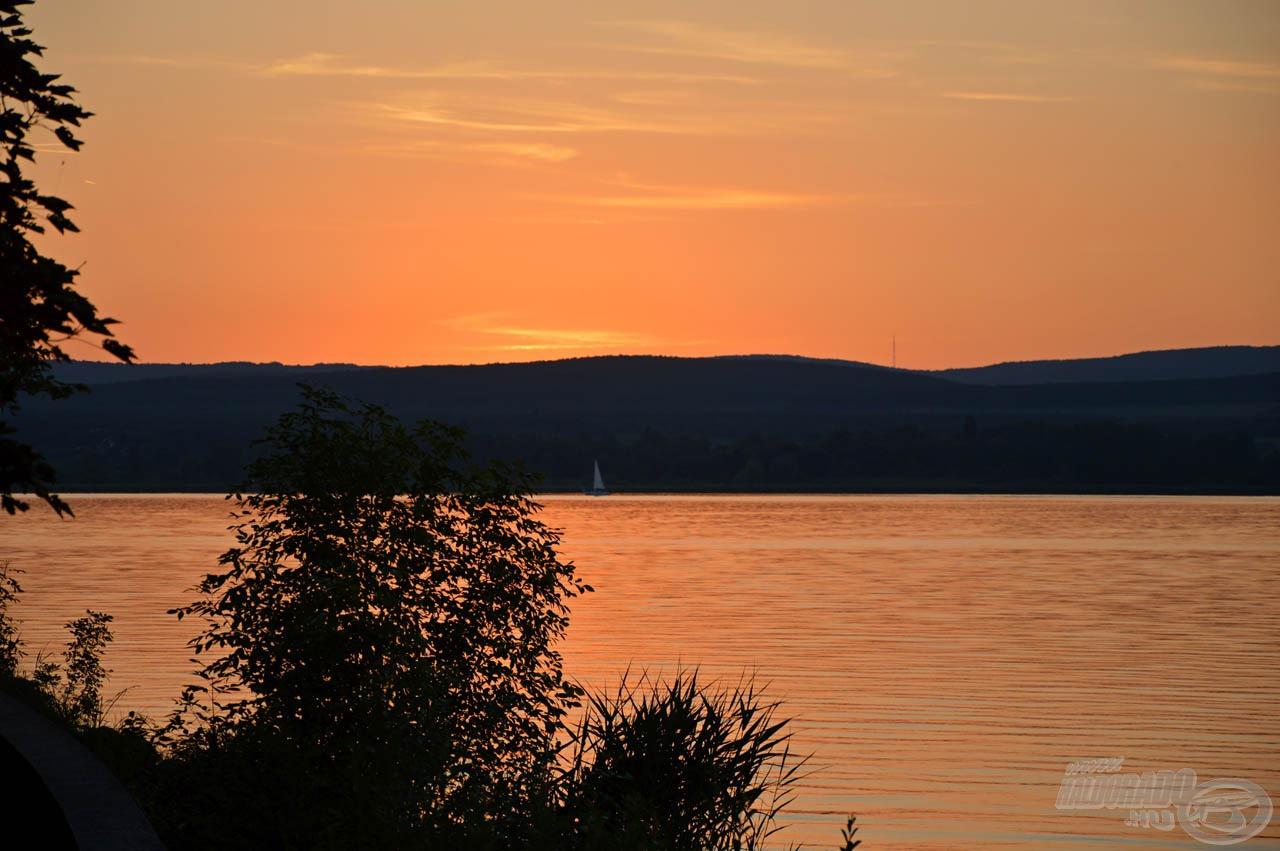 Csodálatos hangulata van a balatoni naplementének