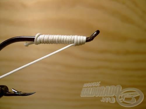 Óvatosan húzzuk ki a kötözőt a B hurokból