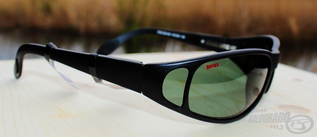 Designos ívelt, arcra simuló forma jellemzi a 001-AS szemüveget