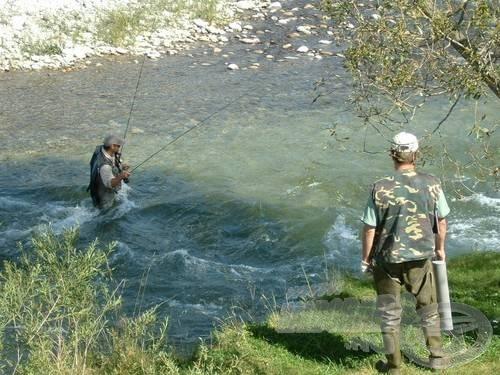 Embert próbáló feladat a rohanó, csúszós aljú, 5 fokos vízben halat fogni