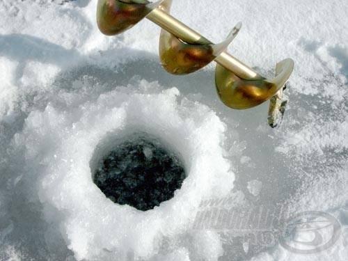 Palotáson tilos a 15 centinél vékonyabb jégre rámenni és horgászni rajta. Ez alapvető biztonsági kérdés, bár akadnak olyanok (ez alól sajnos néha én sem vagyok kivétel) akik már rámerészkednek a 8-10 centis jégmezőkre is. A balesetveszély miatt alapvető szabály, hogy egyedül ne merészkedjünk a jégre