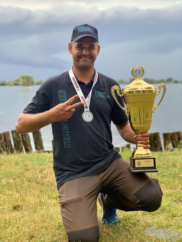 Kiváló versenyeredményei közül szintén kiemelkedik a 2018-ban megszerzett Method Feeder Országos Bajnoki cím, valamint az a páratlan statisztika, miszerint 4 év alatt 3-szor végzett a MOHOSZ Feeder ranglista élén! 2019-ben pedig a Feeder OB-n a 2. helyet szerezte meg