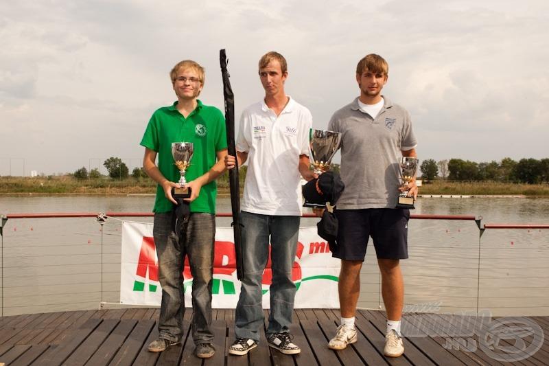 Az U18 kategória dobogósai balról jobbra: Schneider Zoltán 2. helyezett, Balogh Ákos 1. helyezett, Laszlóczki László 3. helyezett
