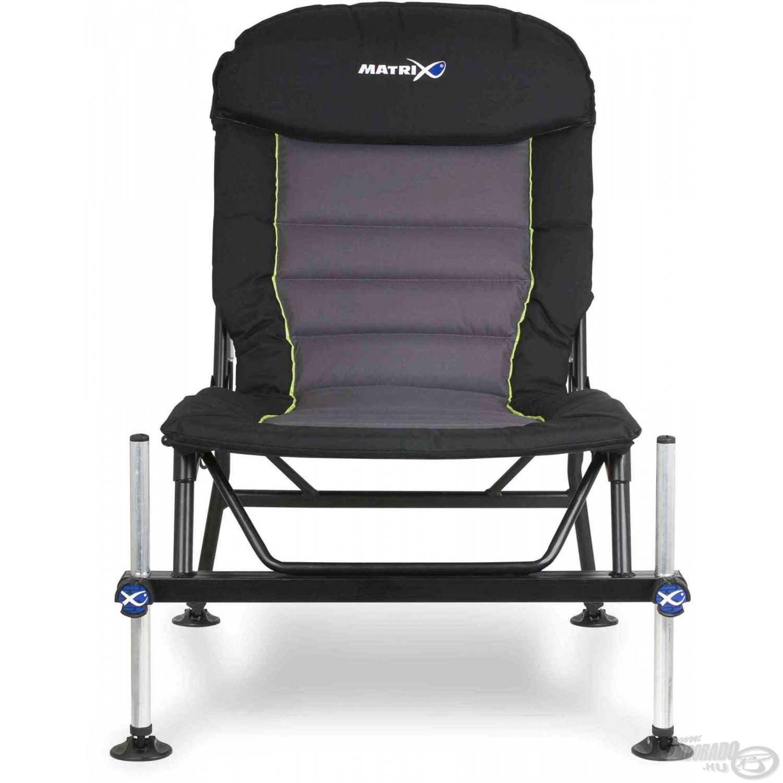 Széles és magas háttámlája nagyon kényelmessé teszi ezt a fotelt