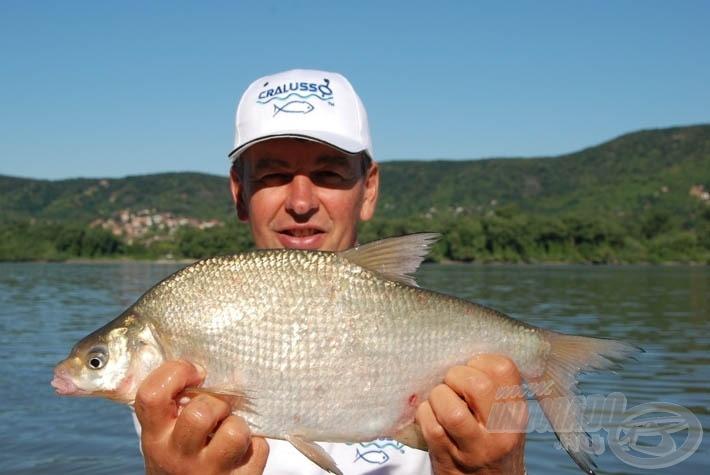 Az idő múlásával kicseréltem a 6-os Bolót 8 g-osra, és etetés alján megjelentek a nagyobb testű dévérek is, különös izgalmat hozva a horgászatba