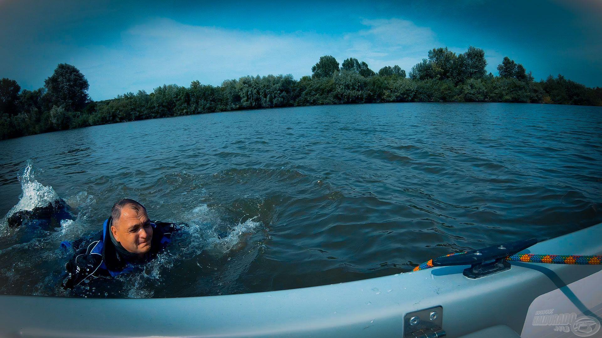 A lassú Tisza is tolt azért elfelé, és ennyi ruhában, nagy csizmában már nagyon nehéz volt az úszás