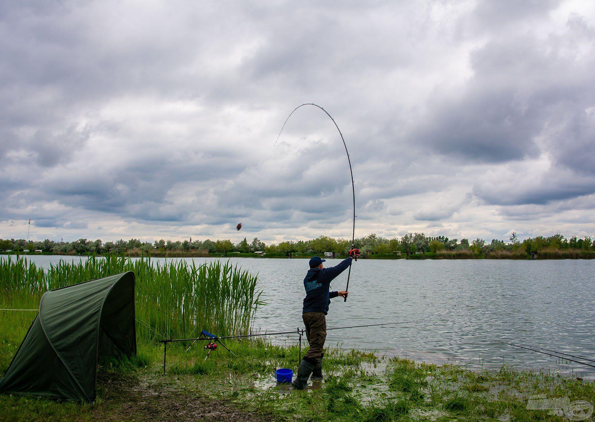 A horgászat megkezdése előtt dobtam néhány etetőgombócot 90 méterre
