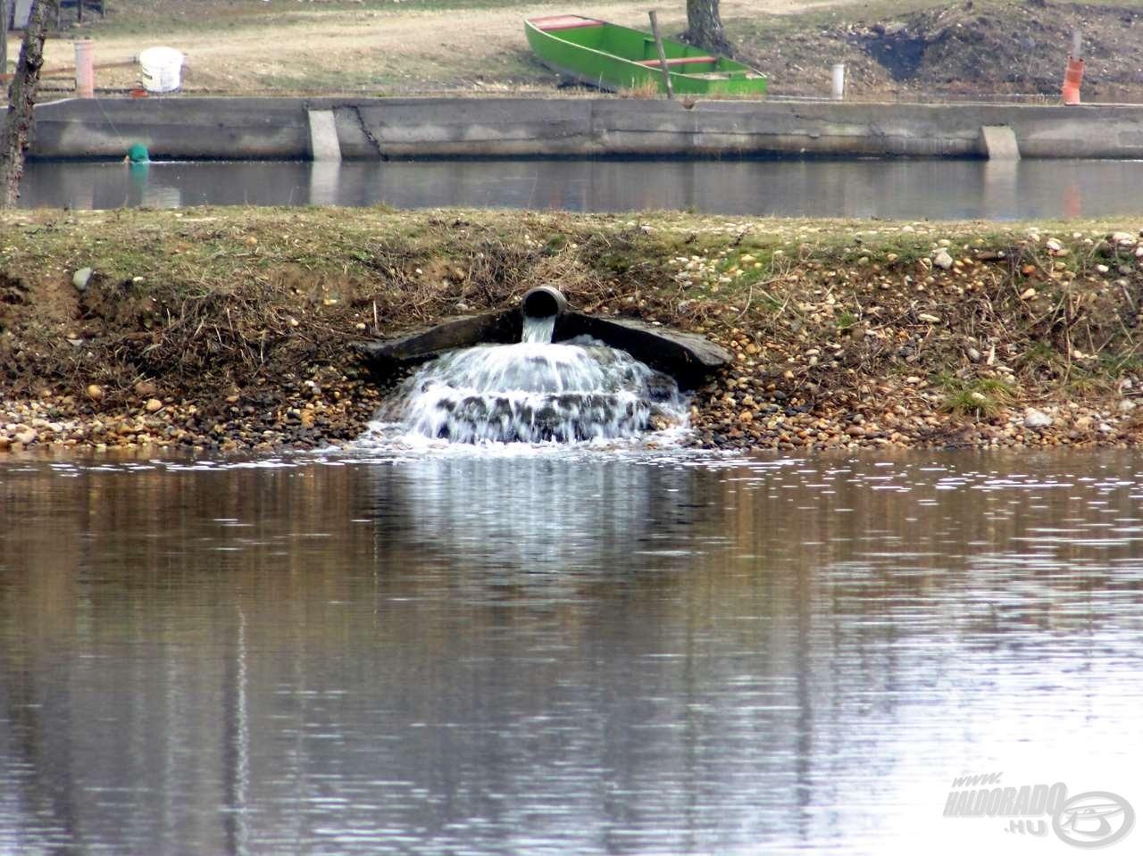Íme, az ok, ami lehetővé tette a horgászatot. A folyamatos vízmozgás meggyorsította a jég olvadását a tó első részében
