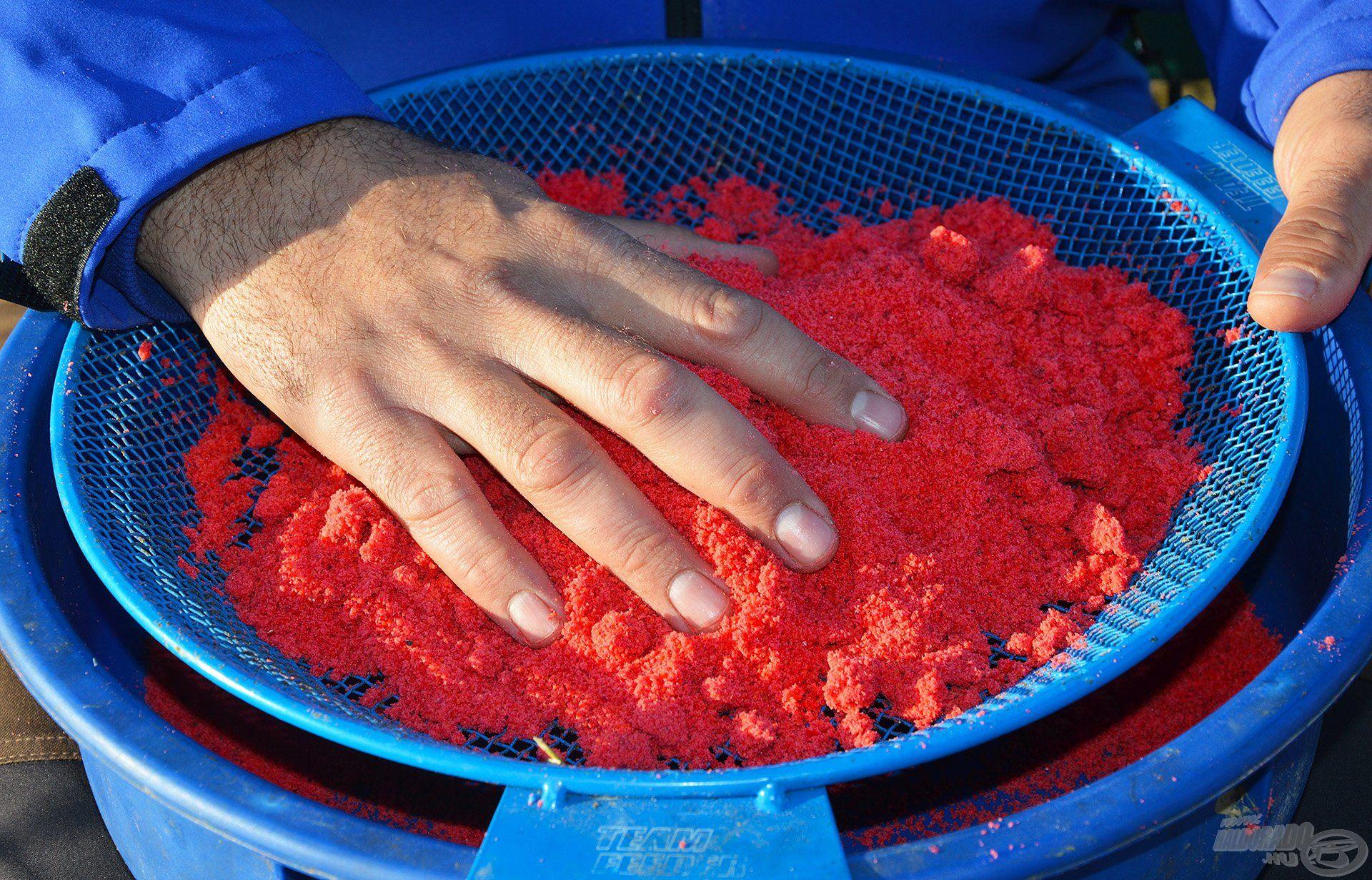 A By Döme TEAM FEEDER Rosták közül a 2,8 mm-es lukbőségűvel érdemes dolgozni, ha method etetőanyagról van szó