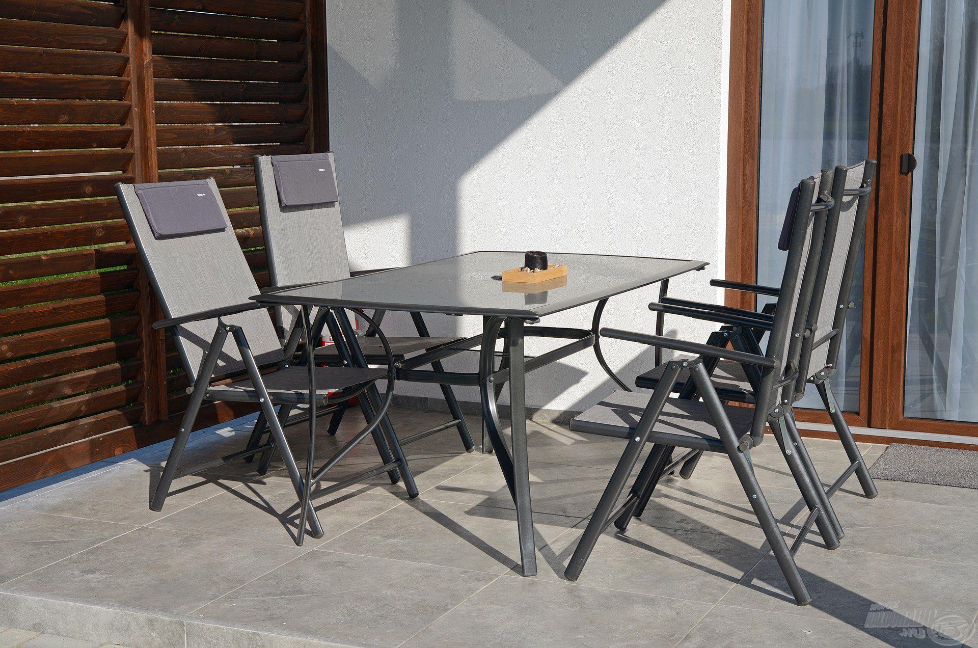 A fedett terasz és a kültéri bútorok lehetőséget biztosítanak a kinti étkezéshez