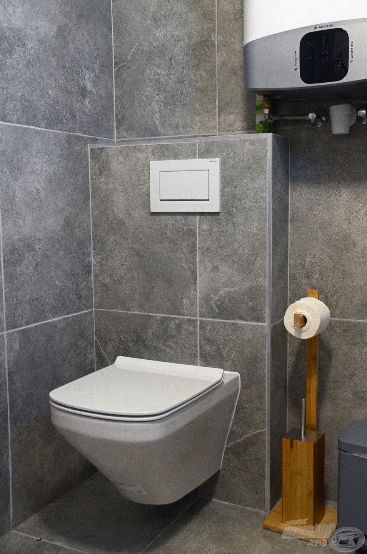 Ugyanebben a helységben található a toalett is
