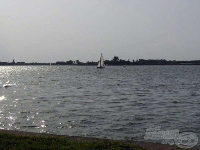A távolban kishajók száguldoztak