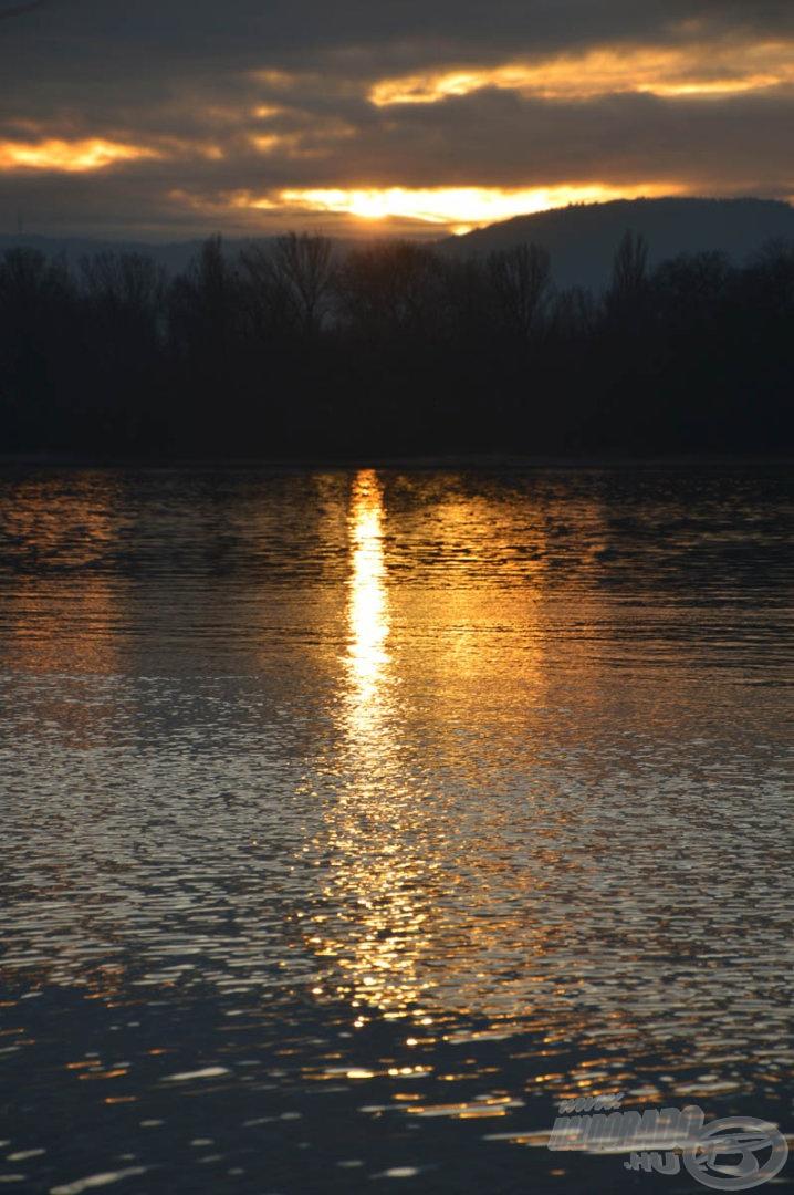Még csak délután 4 óra van, de a nap már lebukni készül a Budai-hegyek mögé