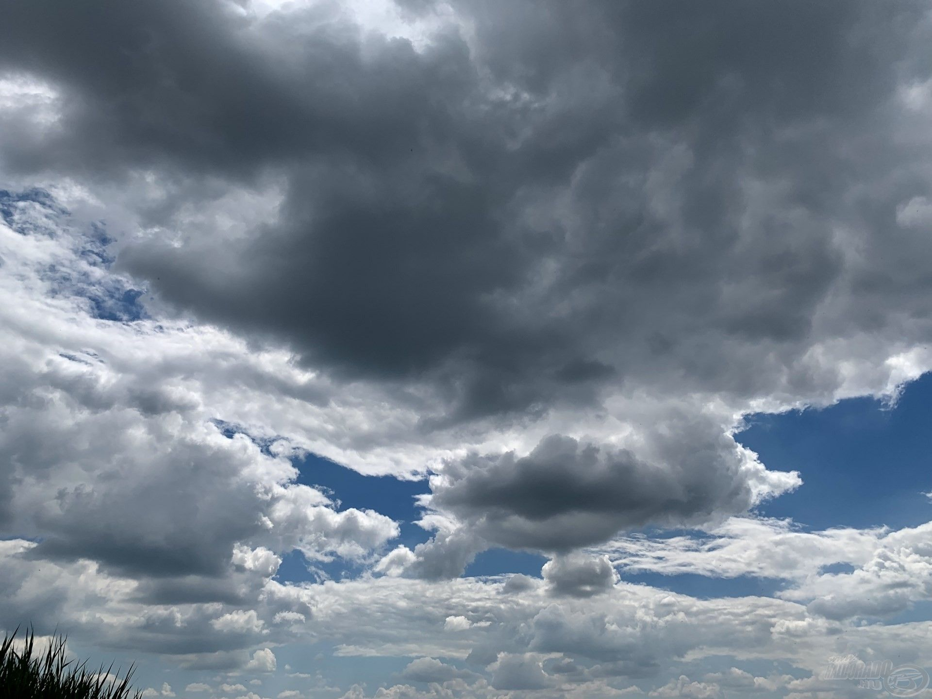 Ha ilyen felhők tornyosulnak az égen, és a szél is fúj, jó eséllyel csalhatók horogra a legnagyobb bányatavi pontyok is