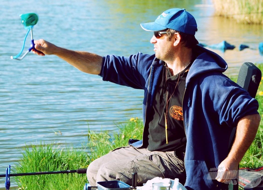 Úszós horgászathoz csúzlizással juttattuk be a keményre gyúrt gombócokat, hogy az áramló víz ne sodorja el a szemcséket és a halakat