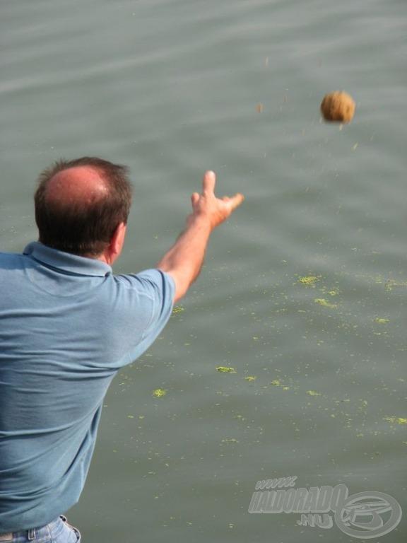 … és már repülhettek is a halcsalogató finomságok a vízbe