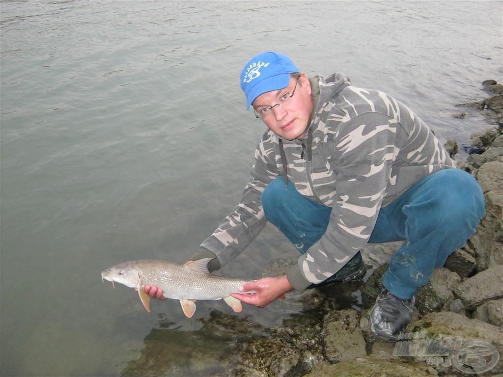 Visszaengedtem ezt a halat is. Új élményekkel gazdagodtam ezen az alkalmon, amely gondolkodóba ejtett a jövőben általam alkalmazandó módszerek tekintetében