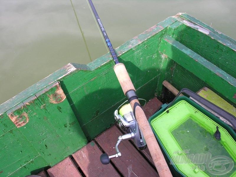 Egy könnyű, 3 méteres pergető pálca, 50-es elsőfékes orsó, rikító 22-es kanóc