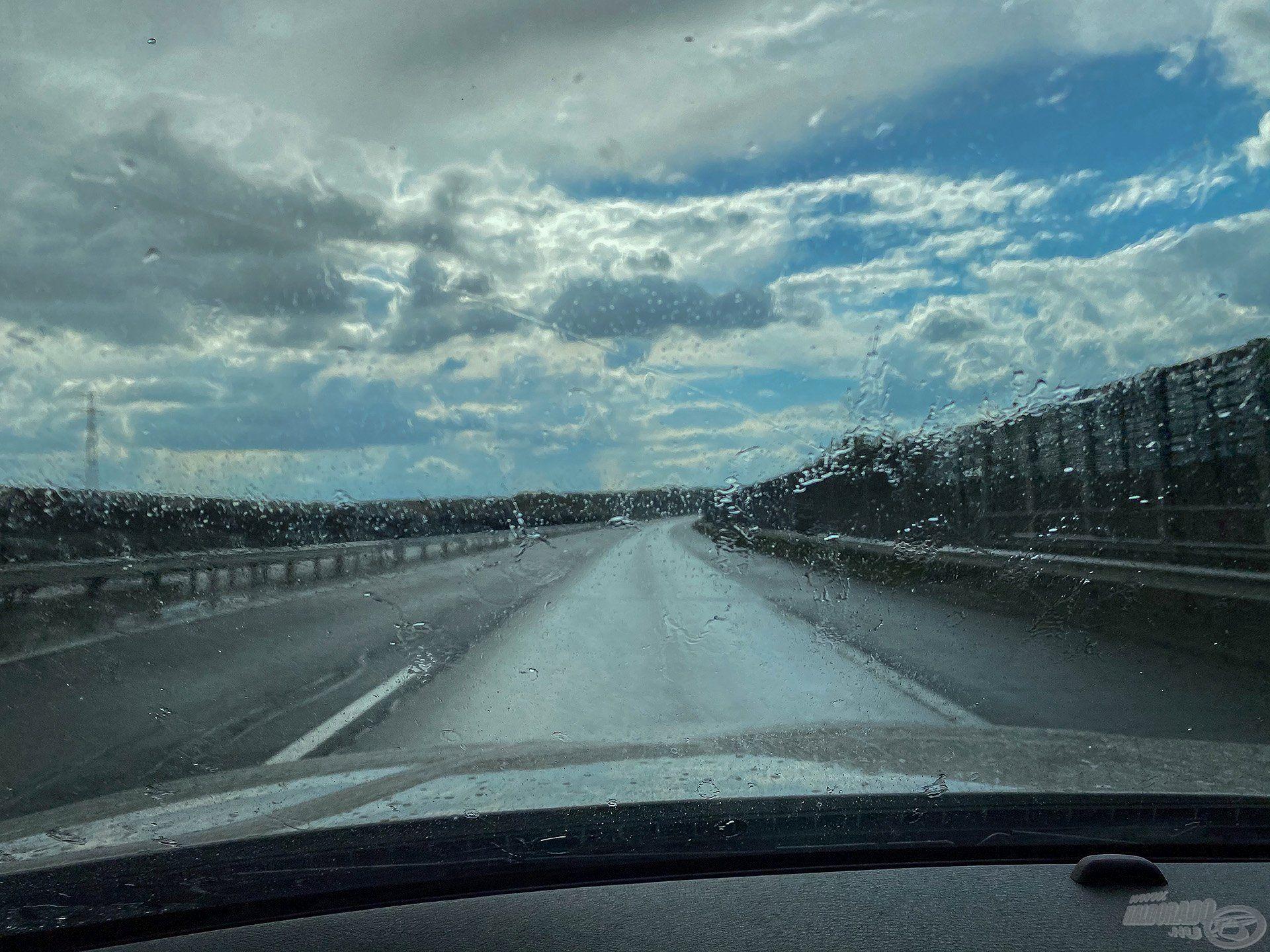 Érkezésünk délutánján már az autópályán haladva azzal kellett szembesülnünk, hogy nagy cseppekben zuhogni kezd az eső, majd pár pillanattal később a jég is kopogni kezdett