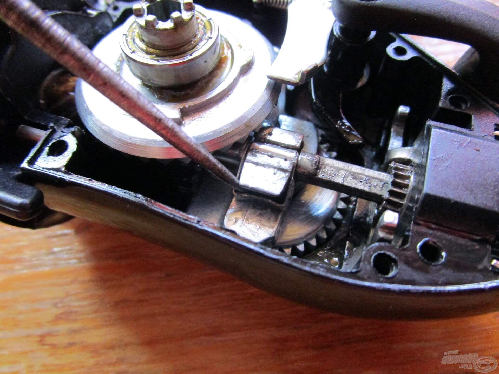 Könnyű levenni a fém alkatrészt, ami a dobtengelyt rögzíti. A csavaros megoldást azért jobbnak tartom