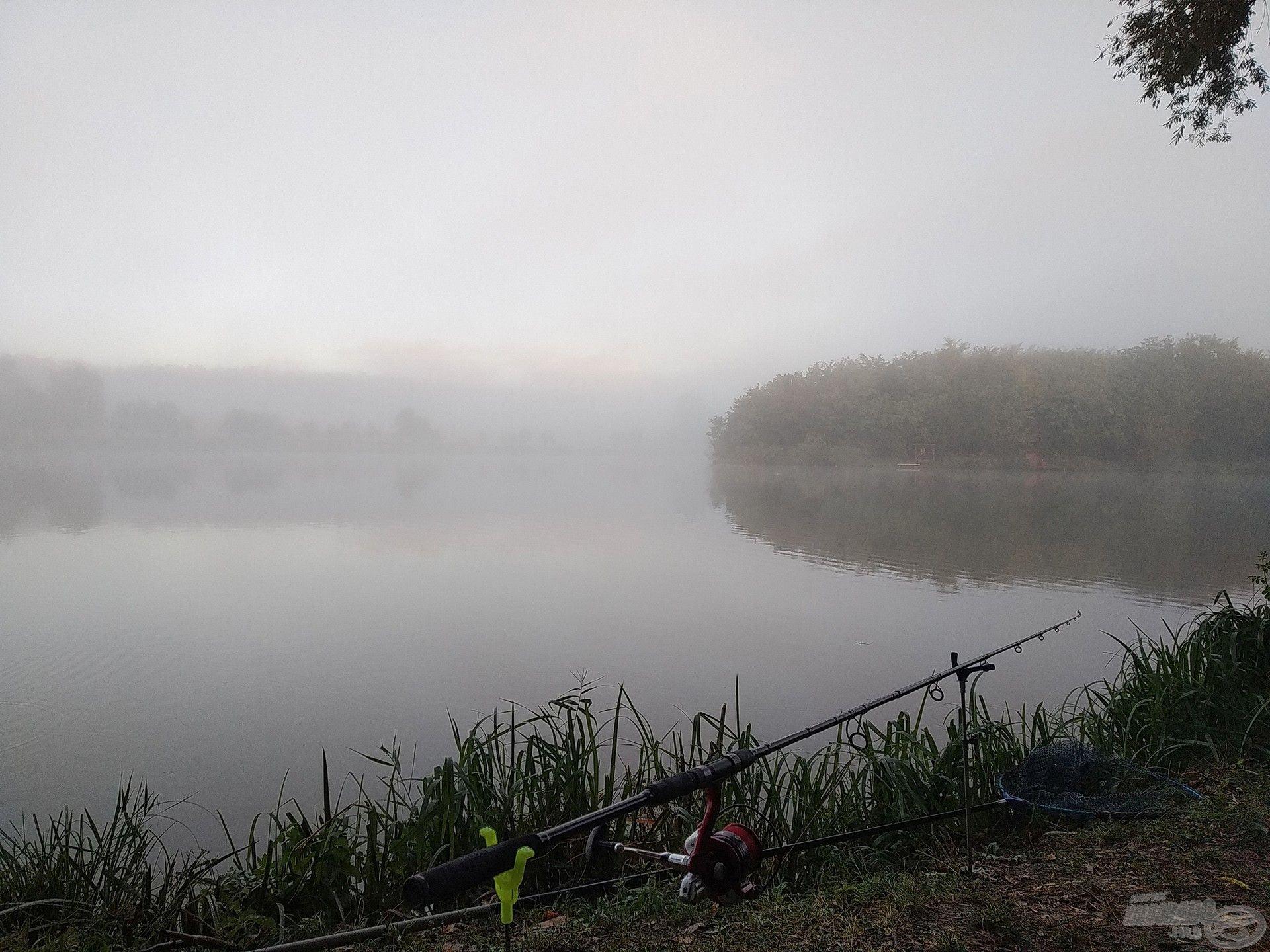 A túlpart létezéséről csak onnan tudtunk, hogy már jó néhányszor horgásztunk itt, de most láthatatlanná vált a hatalmas köd miatt