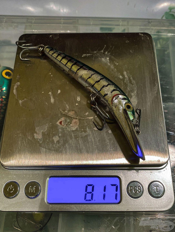 2 horoggal, 3 kulcskarikával és 1 darab not-a-knot kapoccsal 8,17 g, ha kicserélem a horgot majdnem 10 g lesz ugyanez a wobbler, ami 25%-kal több mint az eredeti tömege