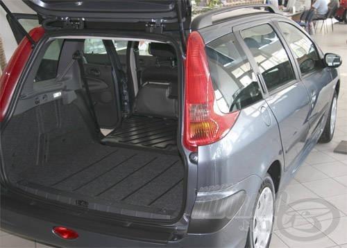 Peugeot kombikban az eldönthető hátsó üléseknek köszönhetően rengeteg horgászfelszerelés elfér, akár még a botok is