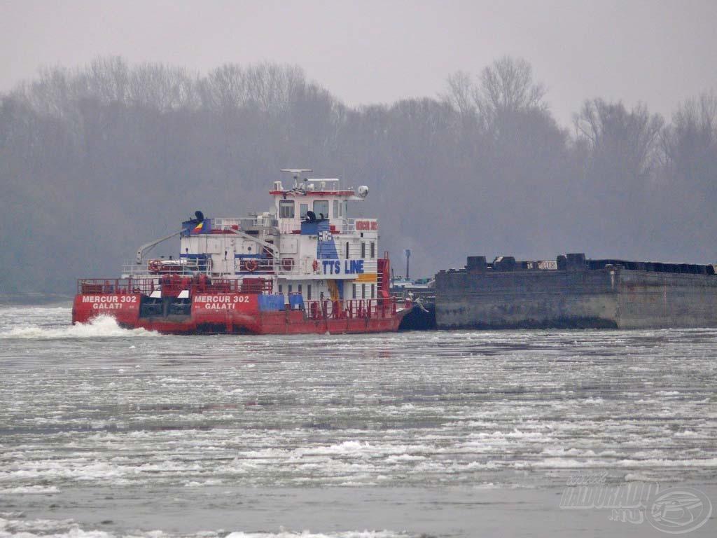 A zajló Dunán már csak a legnagyobb hajók tudnak gondtalanul közlekedni