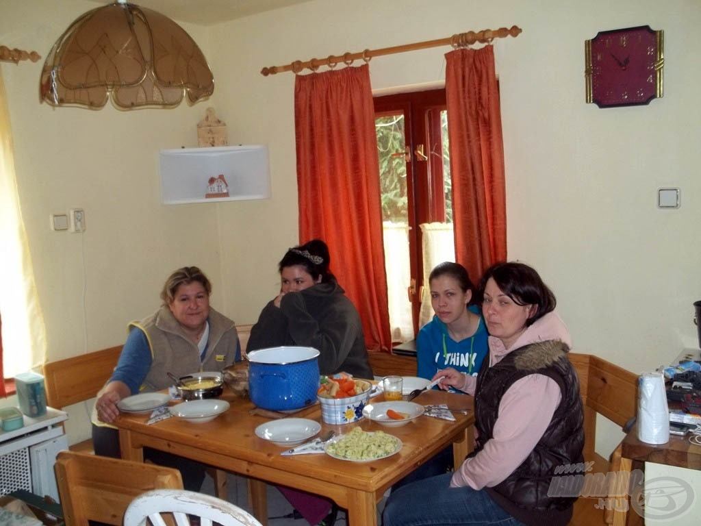 A női részleg hamarosan finom, forró ebéddel állt elő