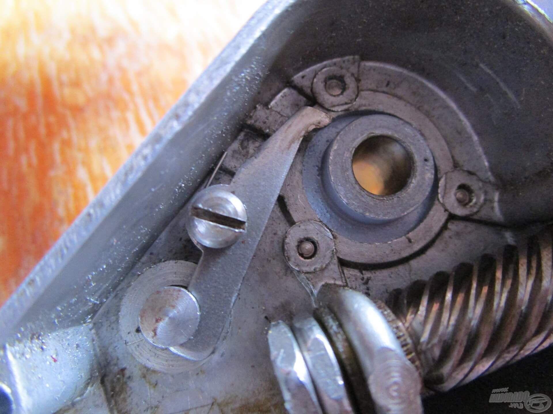 A visszaforgásgátló bekapcsolásakor a rugó a kilincset a kilincskerék fogárkába nyomta
