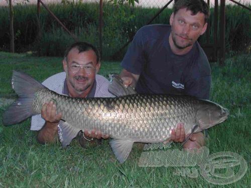 A kapitális hal kifogója (bal oldalt), segítője és az amur