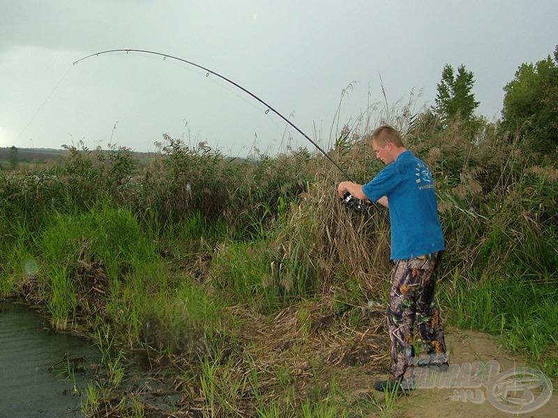 """A bevágást követően meg kellett tartani a halat, ami a botnak köszönhetően sikerült, de a csúszós talajon ez nem volt egyszerű """"mutatvány"""""""