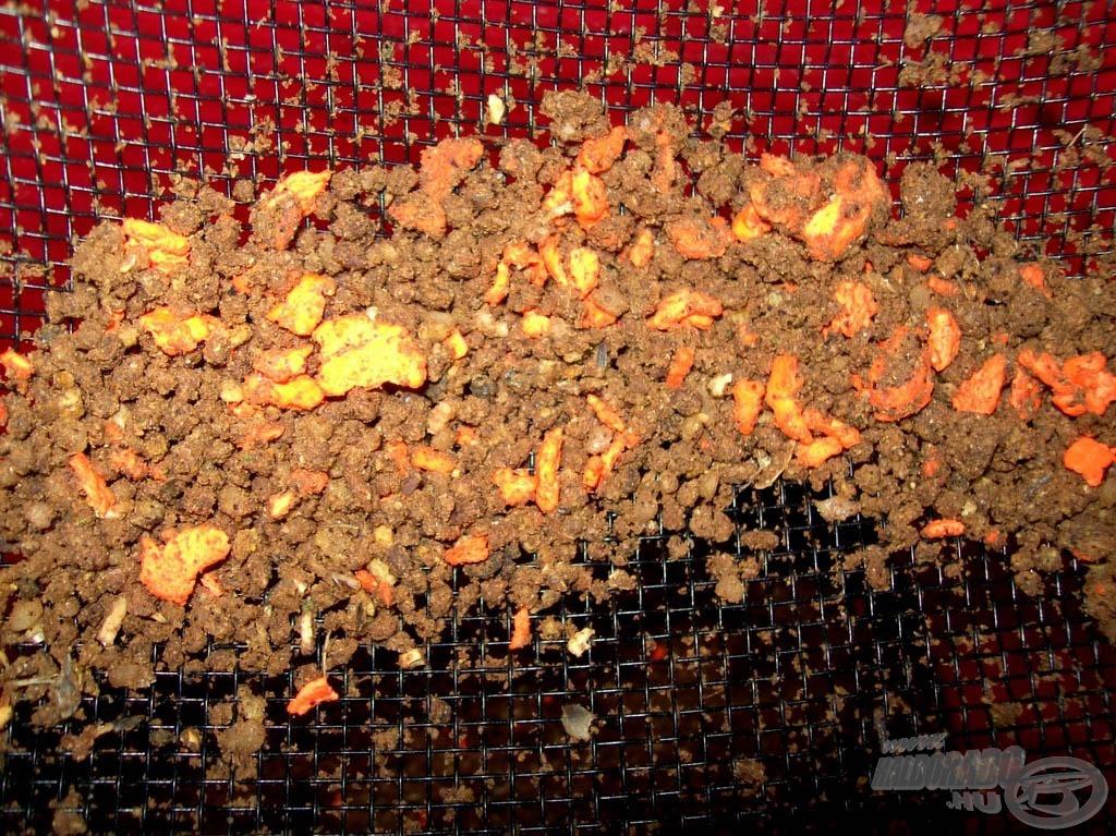 A törőszitán fennmaradt fluo morzsákat visszatehetjük az etetőanyagba, a nagyobb halak díjazni fogják