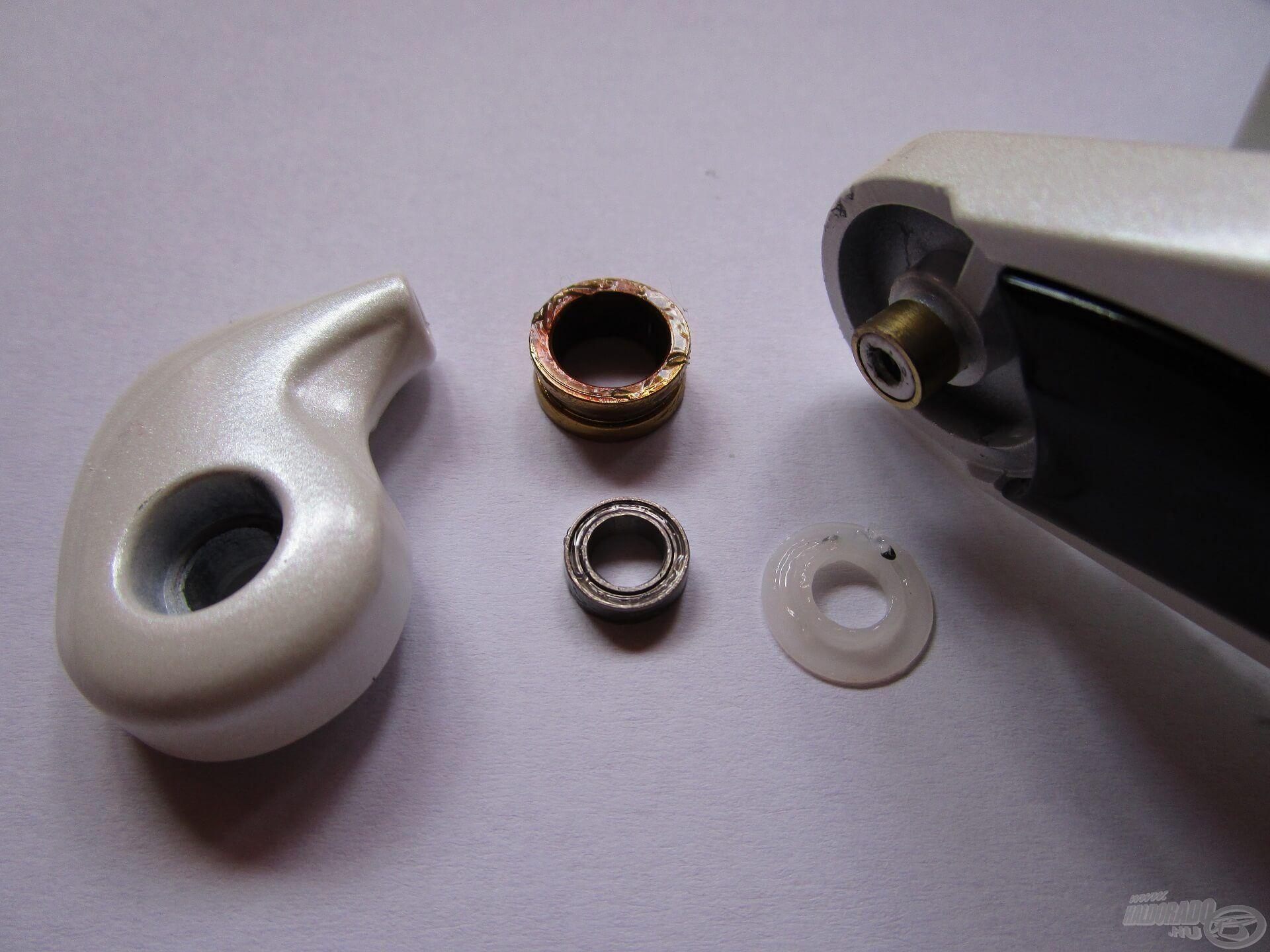 A felkapókar mindkét oldala fém perselyt kapott, a zsinórvezető görgőben pedig ott rejtőzik az acél golyóscsapágy