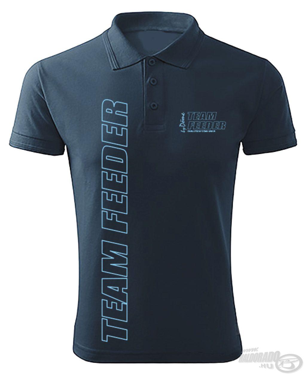 Nem hiányozhat a kollekcióból a galléros póló sem, melyen szintén három világosabb kék embléma található a sötétkék alapon